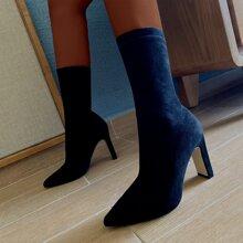 Stiefel mit spitzer Zehenpartie und klobiger Sohle