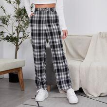 Hose mit schraegen Taschen und Karo Muster