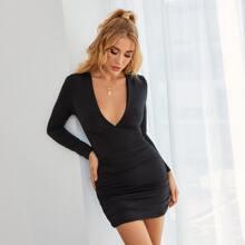 Figurbetontes Kleid mit tiefem Kragen und Rueschen