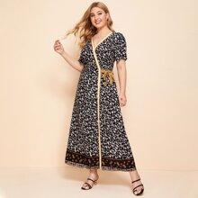 Kleid mit Streifen, seitlichem Band und Stamm Muster