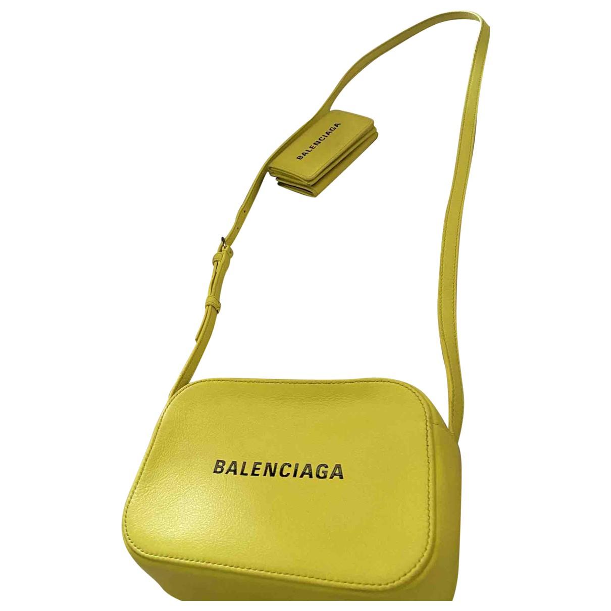 Balenciaga - Pochette Camera pour femme en cuir - jaune