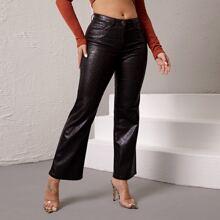 Jeans in Lederoptik mit Schlangenleder Muster und ausgestelltem Beinschnitt