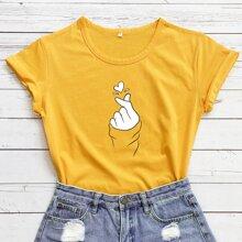 Camiseta con estampado de mano y corazon