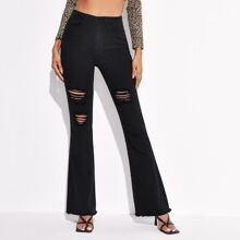 Jeans mit Riss, ungesaeumtem Saum und ausgestelltem Beinschnitt