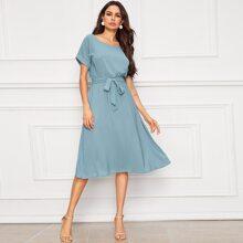 Kleid mit gerollten Ärmeln und Guertel