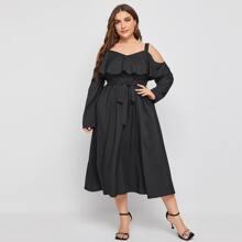 Schulterfreies Kleid mit Rueschen und Guertel