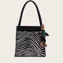 Schultertasche mit Karikatur Anhaenger und Zebra Streifen