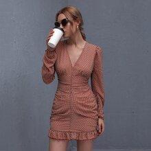 Kleid mit komplettem Muster und Rueschen