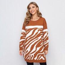 Langer Pullover mit sehr tief angesetzter Schulterpartie und Farbblock