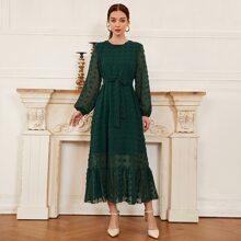 Kleid mit Punkten Muster, Rueschenbesatz und Guertel