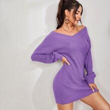 Einfarbiges Pullover Kleid mit sehr tief angesetzter Schulterpartie