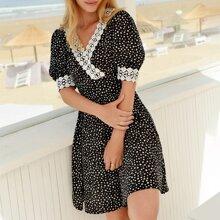 Kleid mit Guipure Spitzen, V-Rueckseite und Gaensebluemchen Muster