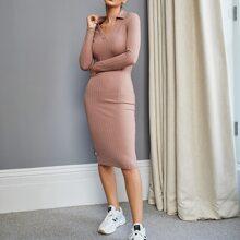 Einfarbiges figurbetontes Rippenstrick Kleid