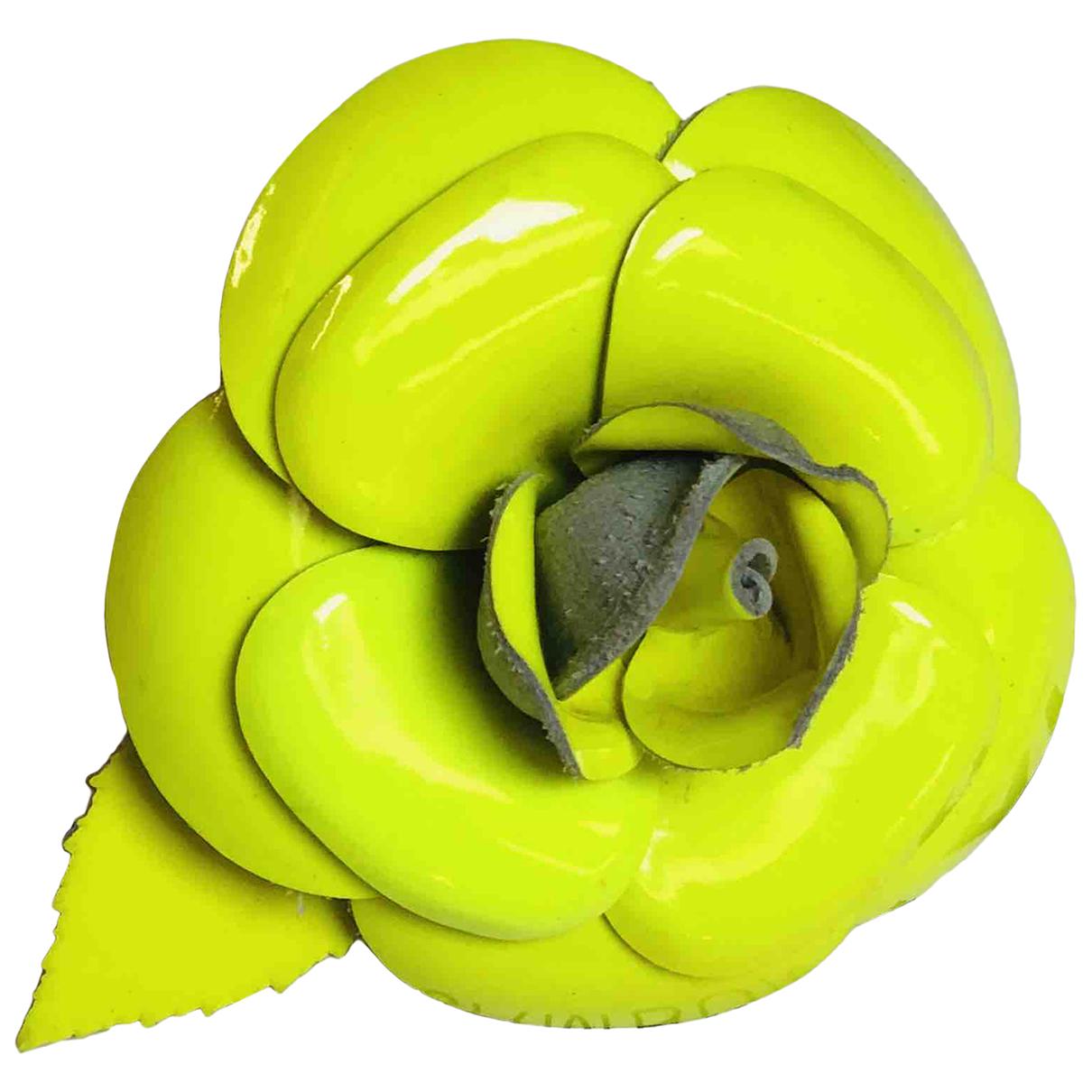 Chanel Camelia Brosche in  Gelb Leder
