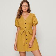 Kleid mit Puffaermeln, Knopfen vorn und Selbstguertel