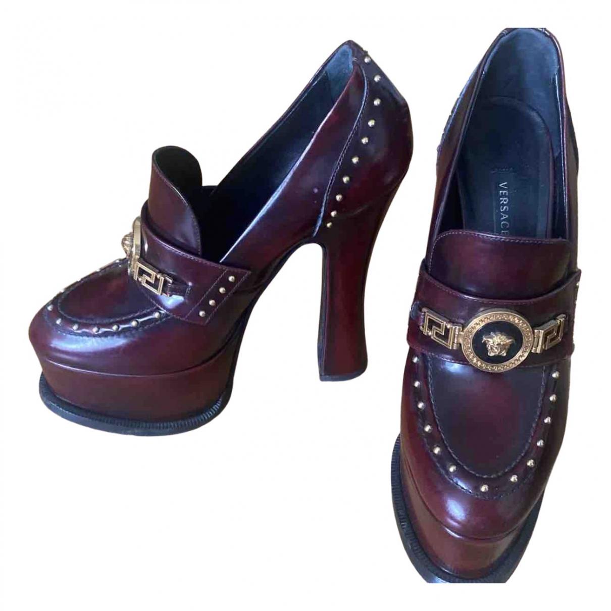 Versace - Sandales   pour femme en cuir verni - bordeaux