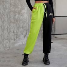 Pantalones deportivos con cordon de color combinado con estampado de letra