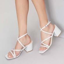 Sandalen mit Riemen, offener Zehenpartie, klobigem Absatz und Fersenriemen
