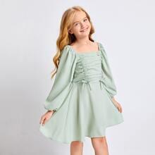 Kleid mit Kordelzug vorn, Rueschen hinten und Laternenaermeln