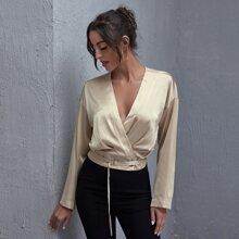 Bluse mit sehr tief angesetzter Schulterpartie, V Kragen und Guertel