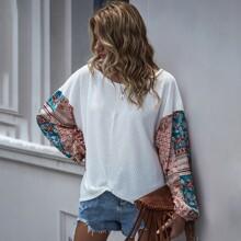 T-Shirt mit Kontrast, Flicken und sehr tief angesetzter Schulterpartie