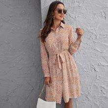 Kleid mit Knopfen vorn, Guertel und Dalmatiner Muster