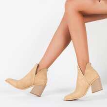 Minimalistischer Stiefel mit Ausschnitt