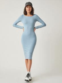 Einfarbiges figurbetontes Kleid mit U-Kragen und langen Ärmeln