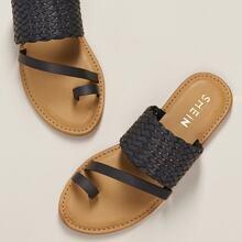 Flache Sandalen mit breitem gewebtem Band und Zehenring