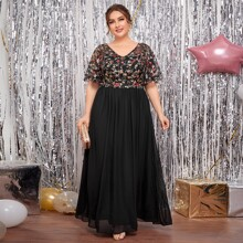 Figurbetontes Kleid mit Blumen Stickereien, Kontrast Pailletten und Netzstoff