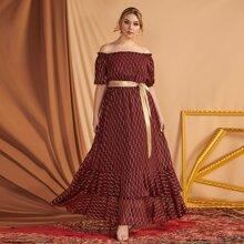 Schulterfreies Kleid mit Geo Muster und Guertel
