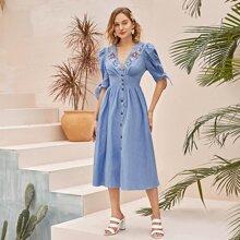 Kleid mit Knoten und Knopfen vorn