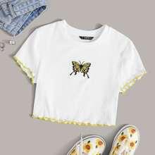 Top corto ribete en forma de lechuga en contraste con bordado de mariposa