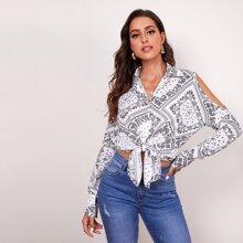 Bluse mit Ausschnitt auf Schulter und Schal Muster