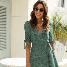 Kleid mit V Ausschnitt vorn, Selbstband und Bluemchen Muster