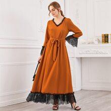 Kleid mit Spitzen, Rueschen und Guertel