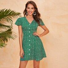 Kleid mit Bluemchen Muster, Knopfen vorn und Flatteraermeln