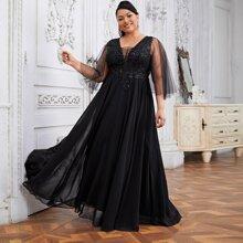 Kleid mit Guipure Spitzen, Applikationen und Netzaermeln