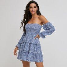 schulterfreies Kleid mit Bluemchen Muster und mehrschichtigem Saum