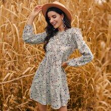 Kleid mit vermischtem Muster und Rueschenbesatz