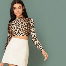 Top corto de leopardo de cuello alto