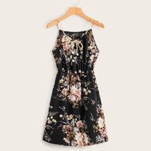 Kleid mit Blumen Muster, Halsband und Traeger & Geflochtener Gurt