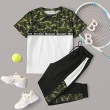 Conjunto de niños camiseta de camuflaje de color combinado con cinta con letra con pantalones deportivos