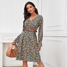 Kleid mit Bluemchen Muster, Schosschenaermeln ohne Guertel