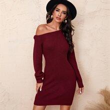 Einfarbiges Kleid mit asymmetrischem Kragen