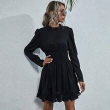 Kleid mit Stehkragen, geraffter Taille und Rueschenbesatz