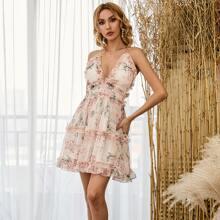 Kleid mit Kreuzgurt hinten, Rueschenbesatz und Blumen Muster