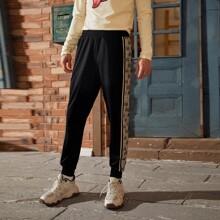 Pantalones deportivos con costura lateral con letra en contraste