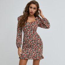Kleid mit Rueschenbesatz, Raffungsaum und Blumen Muster