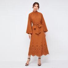 Kleid mit Laternenaermeln, Leiterausschnitt Detail und Guertel
